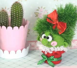 A little cactus pincushion I crochet from a kit from Fat Face ... | 280x320